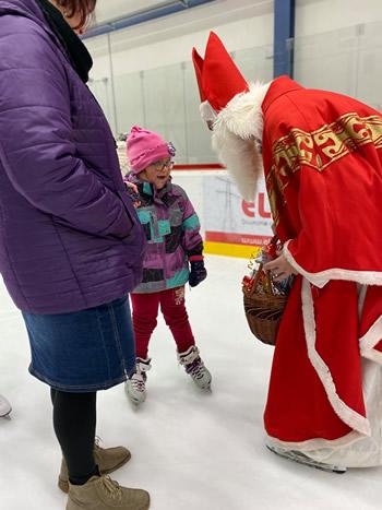 Mikuláš odovzdáva darčeky na ľade