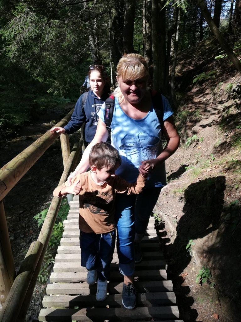 Adamko s babkou a Danielka na drevenom mostíku v Jánošíkových dierach