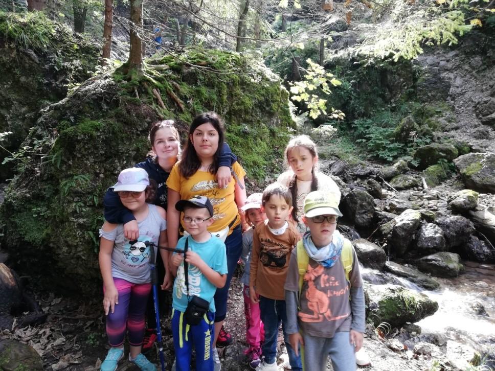 Deti pri potoku v Jánošíkových dierach