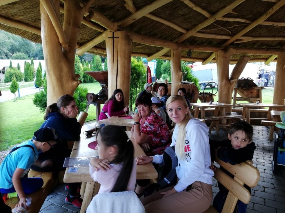Spoločný obed v kolibe Panoráma v areáli Rozprávkového lesa